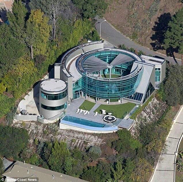 Bunlardan bir tanesi de ilk bakışta özel üniversiteyi andıran Justin Bieber ve Hailey Bieber çiftinin evi.