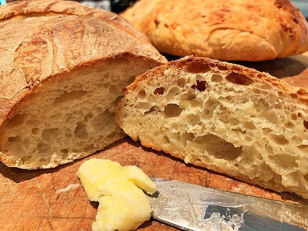 Ekmek, simit veya ev yemeği yaparak satabilirsiniz. Apartmanınızda veya mahallenizde mutlaka dışarıdan yemek söylemek zorunda olan birileri yaşıyordur. Krizi fırsata çevirmek için ilanlar hazırlayıp, etrafa asabilirsiniz.