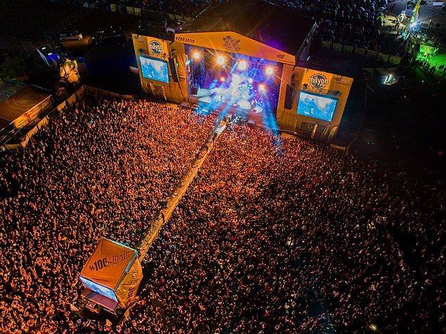 Adını duymayan kalmamıştır ama biz yine de kısaca bahsedelim; Zeytinli Rock Festivali, 2005 yılından beri düzenlenen dolu dolu bir festivaldir.