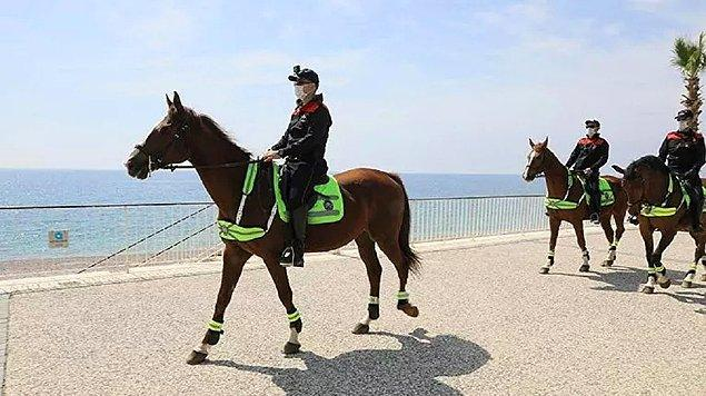 Antalya'da koronavirüs tedbirleri: Sahilde atlı devriye