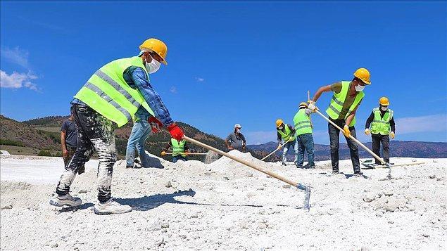 Kumsaldaki alanların tahrip edilmesinin ardından, yüklenici firma kumları alındıkları yere geri götürmeye başladı