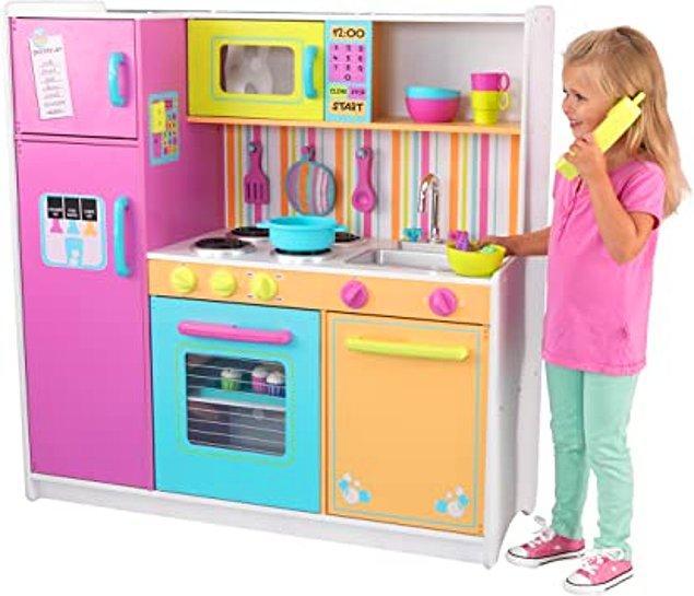 9. Çocuğunuz mutfakla uğraşmayı seviyorsa ona yıllarca oynayabileceği kocaman bir mutfak alabilirsiniz. Üstüne de ismini yazdırabilirsiniz.