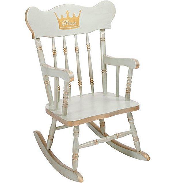 13. Çocuğunuzun ismi işlenmiş bir sallanan sandalye çok hoş bir hediye olmaz mı?