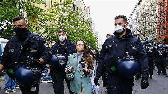 Almanya'da Kovid-19 kısıtlamaları protesto edildi