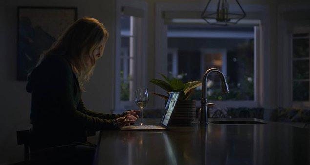 Oğlu Charlie'nin yüzünü bir nebze de olsa güldürebilmek adına ölen eşinin bilgisayarına oğluyla oyun oynamak için giren Jen, eşinin onu Bambi adında bir kadınla aldattığını öğrenmiş ve olan biteni 'en yakın arkadaşı' Judy'e anlatmıştı.