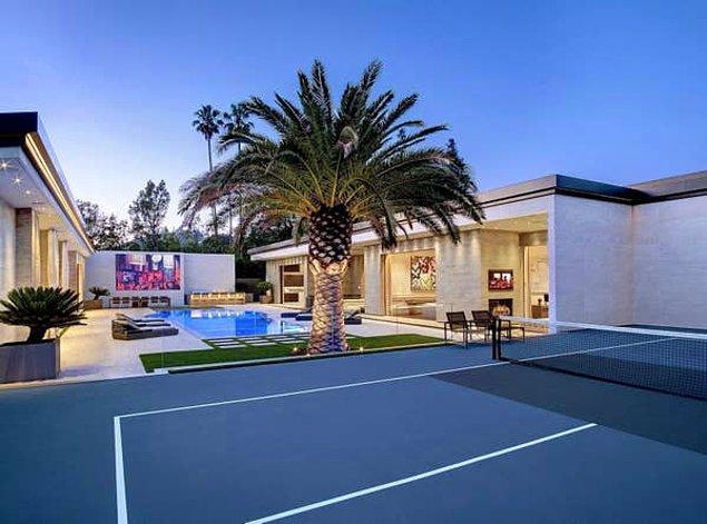 Bu devasa palmiye ağacının hemen yanında tenis kortu var.
