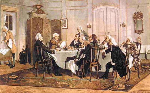 Uykunun yanında yemek de Kant için oldukça önemlidir. Saatler süren öğle yemeklerinde Kant, arkadaşları ile uzun uzadıya felsefe sohbetleri yapar.