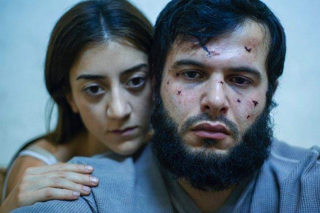 Bir yandan kocasıyla birlikte İsveç'ten kalkıp IŞİD karanlığının tam ortasına yani Rakka'ya gelen Pervin'in (Gizem Erdoğan) özgürlüğüne kavuşma mücadelesini,