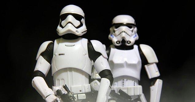 """Star Wars serisinin hayranları, bu ifadeyi orijinaliyle benzerlik gösterecek şekilde """"May the fourth be with you"""" yani """"4 Mayıs seninle olsun""""a uyarlayıp bu günü kendilerine ayırdılar."""