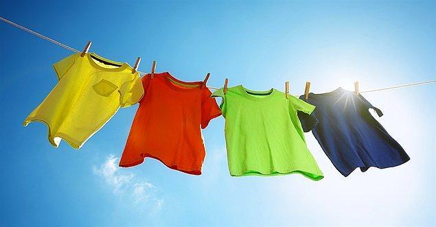 Çamaşırlarınızı asmadan önce iyice silkeleyin, kolay ütülenmesi için nemli asmanız gerektiğini unutmayın. Gömleklerinizi de askı ile asarsanız, daha kısa sürede ütü işini bitirirsiniz.
