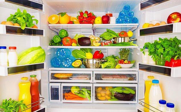 Hem buzdolabını, hem de içindekileri doğru yerleştirin. Buzdolabı pencereye yakın ve güneş gören bir yerde olmasın. İçindekiler arasında da mesafeyi koruyun ki, dolap içindeki hava rahat hareket etsin ve buzdolabınız daha az enerji harcasın.