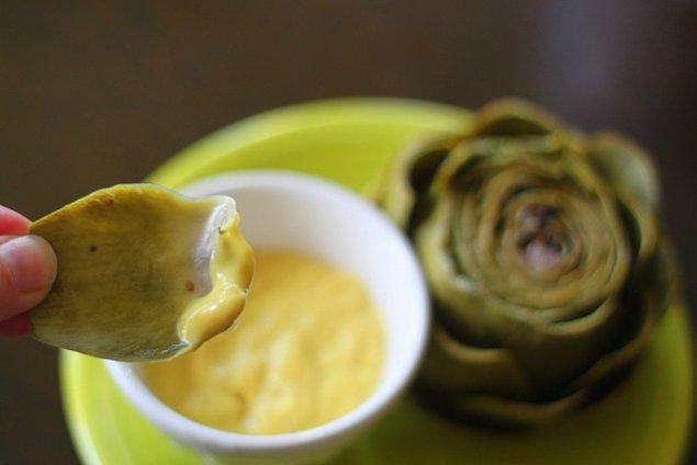 8. Enginarın yapraklarındaki o etli kısmı bandırarak yiyeceğiniz: Enginar Dip Sos