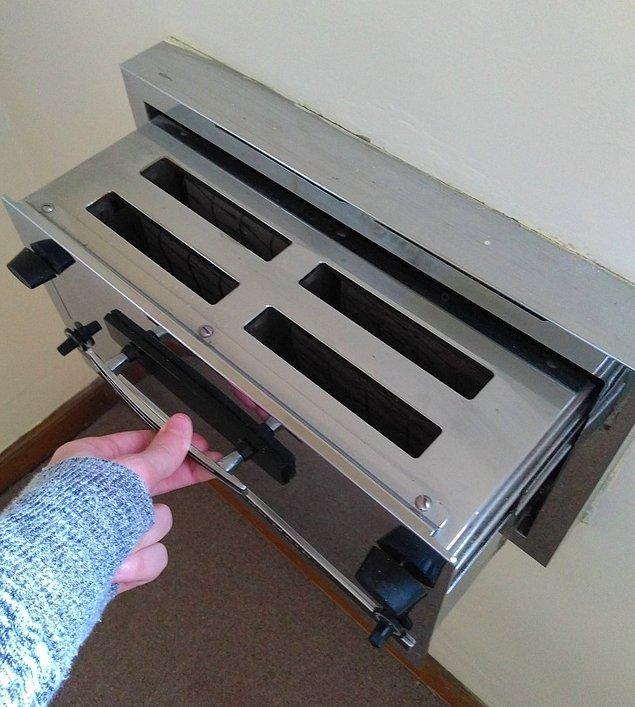 """11. """"Eşimle almak üzere olduğumuz evde duvara sabitlenmiş bir ekmek kızartma makinesi var."""""""