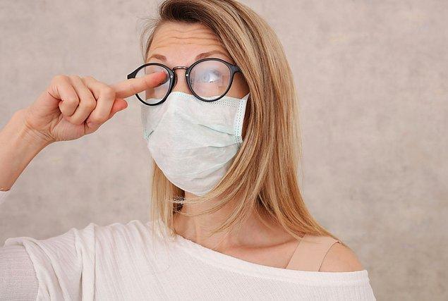 1. İlk olarak maskenizin yüzünüzü, özellikle de yanaklarınızı sıkıca sardığından emin olun. Burundan çıkan havanın yukarı çıkışını engellemek, gözlüklerinizin buğulanmasını önleme konusunda önemlidir.