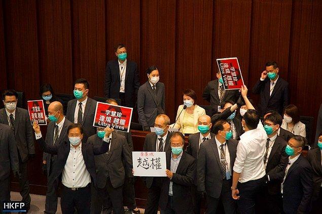 Pekin yanlısı milletvekili Komite Başkanı Starry Lee, koltuğa oturdu ve çevresini güvenlik görevlileri sardı.