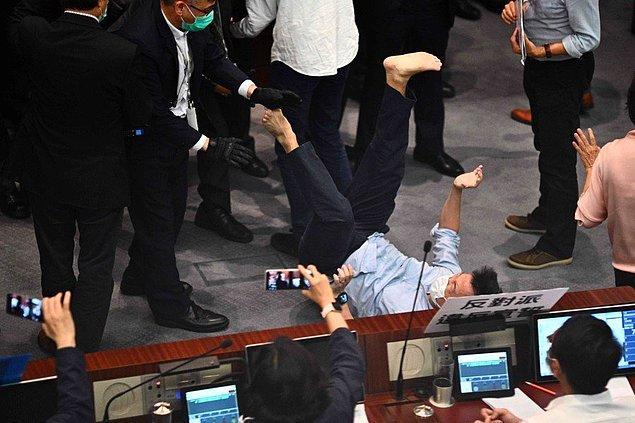 Tartışma kısa süre sonra arbedeye dönüşürken bazı milletvekilleri yumruk yumruğa kavga etti, bazıları da birbirlerine pankartlarla vurdu.