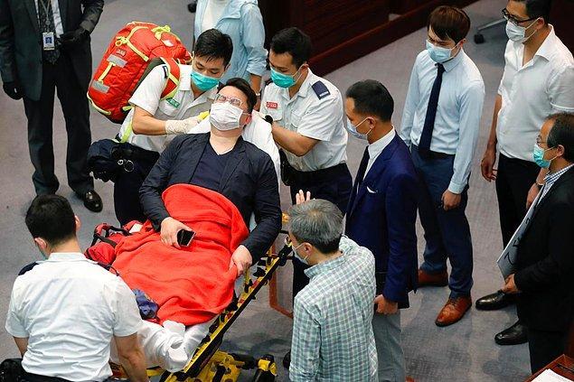Parlamentoda çıkan kavga 1 saatten fazla sürerken kavgada yaralanan Andrew Wan Siu-kin ambulansla hastaneye kaldırıldı.