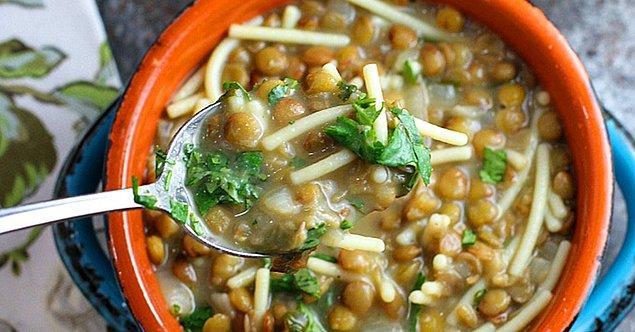 11. Çorbasız bir öğün düşünemeyenlere: Erişteli Yeşil Mercimek Çorbası
