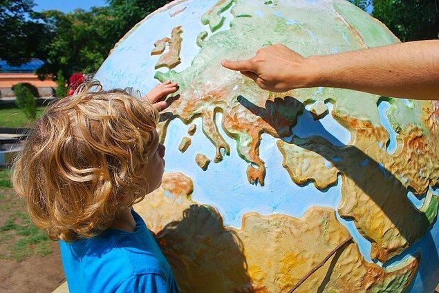 1. Haritayı açın ve hakkında pek fazla şey bilmediğiniz bir ülkeyi gözünüze kestirin.