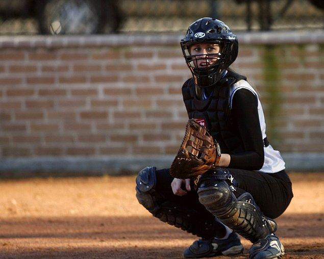 1. Görseldeki beyzbol oyuncusu gibi bir pozisyon alın. Olabildiğince yere yakın olun. Yere ne kadar yakın olursanız, yıldırım çarpmasından o kadar az etkilenirsiniz. Asla yere uzanmayın.