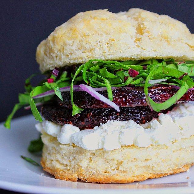 8. Değişik tatların peşinde olanlara: Pancarlı ve Keçi Peynirli Sandviç