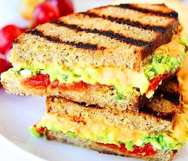 11. Avokadolu Peynirli Humuslu Sandviç