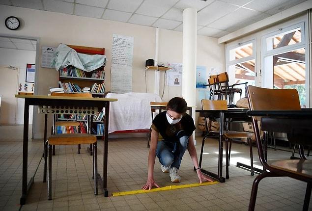 Fransa 'Clairefontaine-en-Yvelines'teki bir ilkokulda sosyal mesafeyi anlatmak için kurulan bir sınıf.