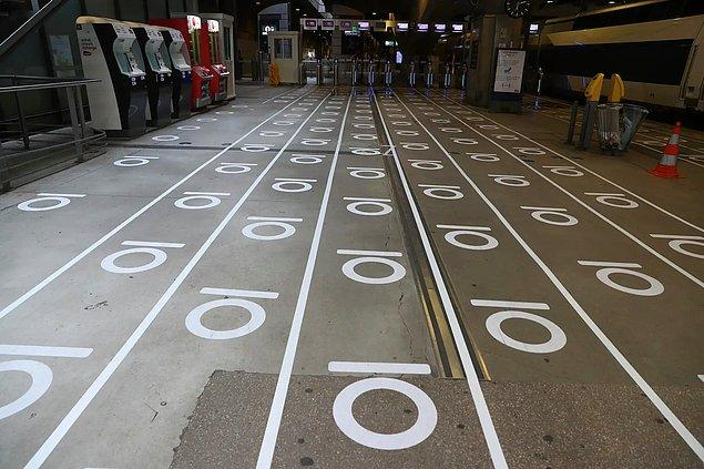 Paris 'Montparnasse İstasyonu'nda insanların nerede sıraya girmeleri gerektiğini  gösteren işaretler.