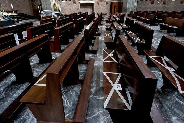 Roma'nın Tuscolano bölgesindeki 'San Policarpo Kilisesi', sosyal mesafeyi belirtmek için kullanılan bantlar.