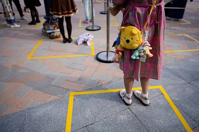 Çin'deki 'Shanghai Disney Resort'taki sosyal mesafe belirteçleri.