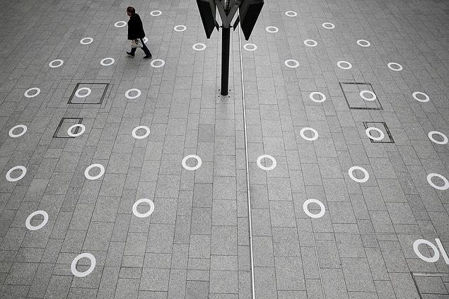Paris'teki 'Gare du Nord Tren İstasyonu'nda sosyal mesafeyi gösteren beyaz daireler.