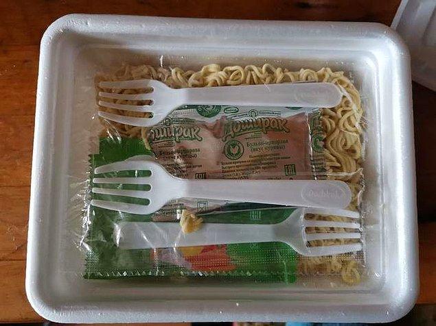 """15. """"Bugün şanslıyım! Noodle paketine fazladan çatal koymuşlar."""""""
