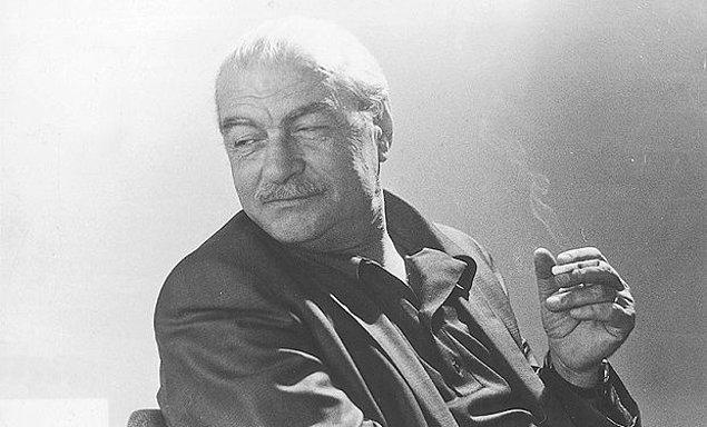 Kemal Tahir, başlarda Atatürk'ün partisi olarak gördüğü Halk Partisi'ne yakındı ancak sonraları ideolojisi değişim gösterdi.