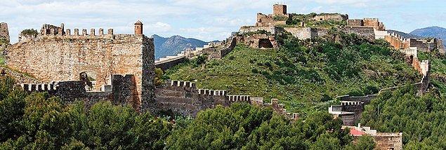 Babasının ölümünden 7 sene sonra 26 yaşında Kartaca'nın İspanya ordusunun başına geçen Hannibal, yeminine sadık kalarak ilk fırsatta Roma'ya saldırmayı planlar.