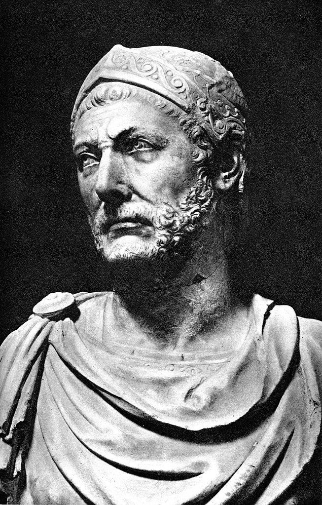 Yaklaşık 20 sene boyunca savaşan Hannibal MÖ 202'de Roma'ya yenilir ve Kartaca ağır bir barış imzalar. Hannibal ise Kartaca'da kalır, asker üniformasını çıkarır ve siyaset yapmaya devam eder.