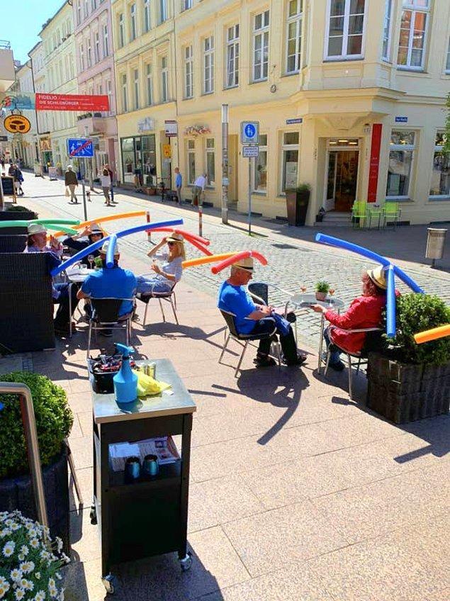 Koronavirüs serüveninde normalleşme aşamasına geçtiğimiz bu günlerde, Almanya'da bulunan bir kafenin hem komik hem de etkili çözümü herkese ilham oldu.