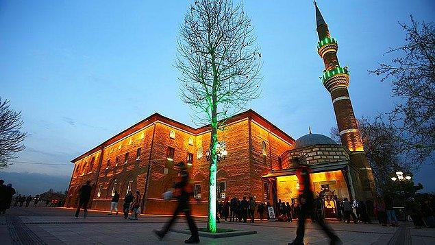 Cami çevresindeki konak, iş yerleri ve mezar yeri tahsislerinde usulsüzlük tespit edildi