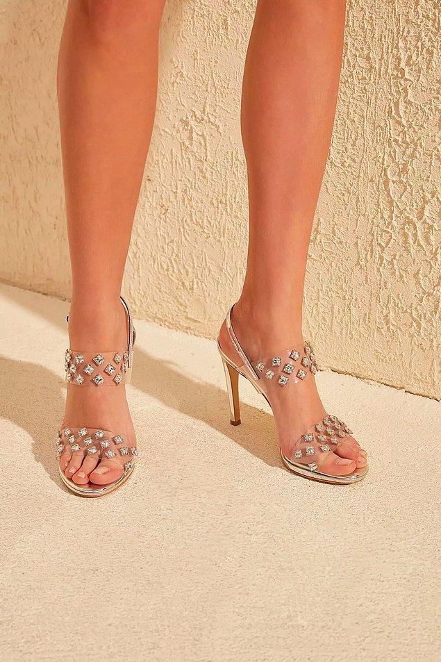 4. Klasik topuklu ayakkabılar da jeanlerin ve elbiselerin altına çok yakışanlardan.
