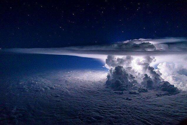 2. 11 bin metre yükseklikten fırtına böyle gözüküyor.