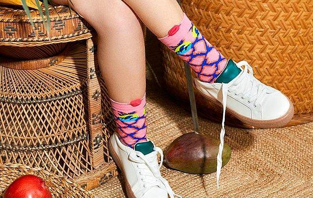 Renkli, desenli uzun çoraplar spor kombinlerin vazgeçilmezi haline geldi.