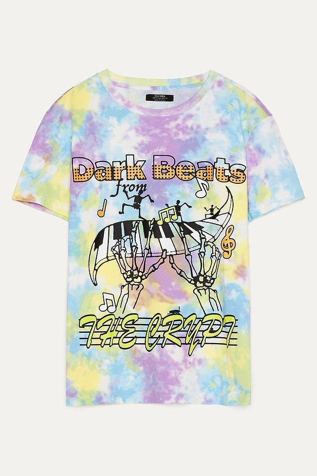 9. Bershka'nın batik desenli bu rengarenk tişörtü de çok satanlar arasında.