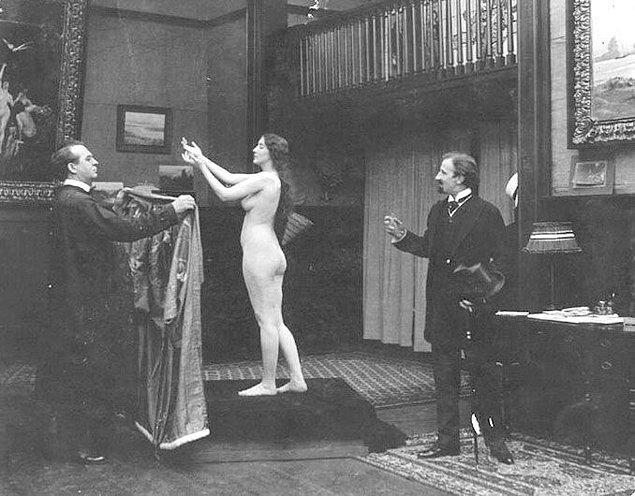 En başlarda her model gibi poz verirken, daha sonra bu pozlar nü pozlara evrildi, çünkü heykeltıraş Isidore Konti tüm tereddütlere rağmen ikna etmişti Audrey Munson'ı soyunması konusunda.