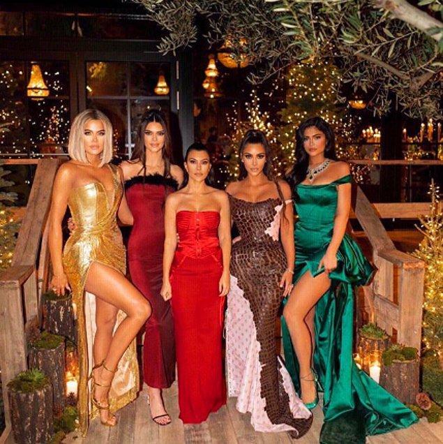 Kardashian ve Jenner ailelerini bilmeyeniniz yoktur. Günümüzün moda ikonları, hem güzellik algılarımızı değiştirirken hem de yaşadıkları şaşalı zengin hayatları ile bize adaleti sorgulatıyor.