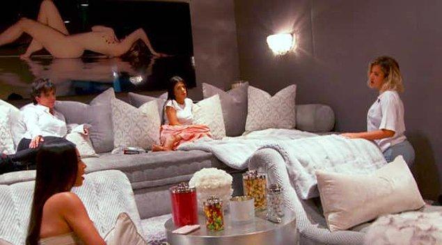 Ayrıca, Khloe bu evde 2 yaşındaki küçük kızı ve eski sevgilisi Tristan Thompson ile birlikte kendini izole ediyor.