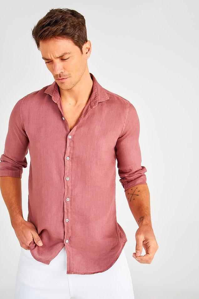 4. Renkli giyinmeyi seven erkekler için önerimiz bu gül kurusu rengi keten gömlek.