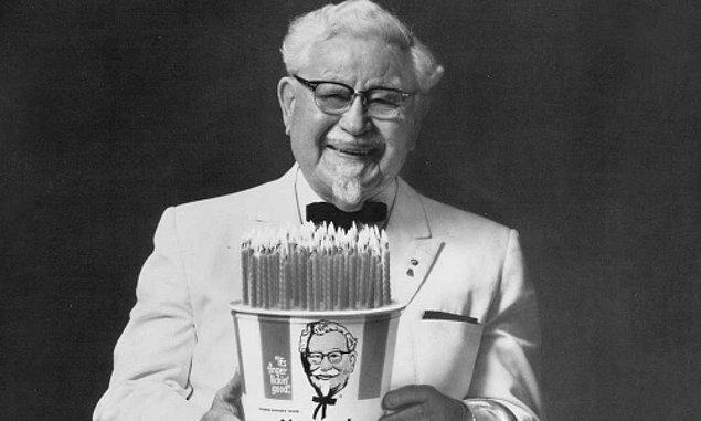 Rivayete göre Sanders tam 1008 restoran tarafından reddediliyor. Gittiği 1009. restoran tavukların tarifini ürün başına ödeme yapma şartıyla kabul ediyor.