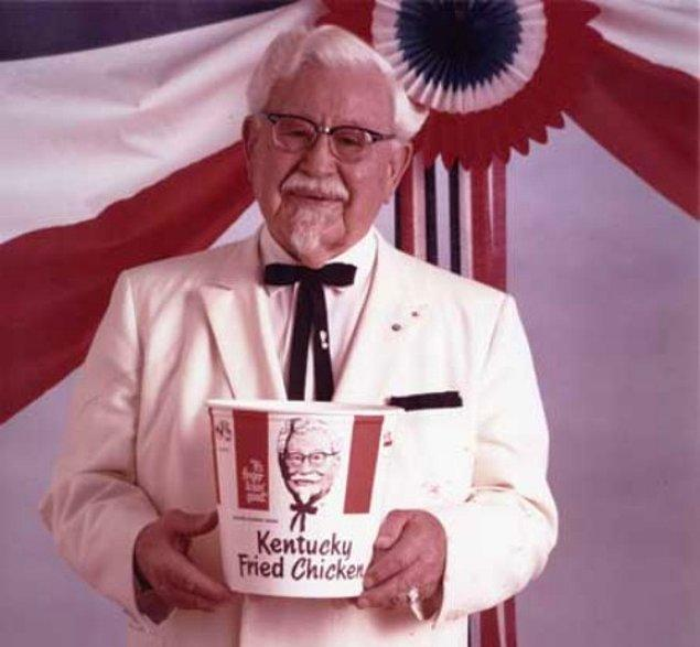 Albay Colonel Harnald Sanders ise çeşitli sınavlardan geçtiği 60 yılın sonunda yaşamın sefasını sürüyor.