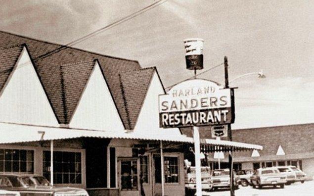 Corbin isimli şehirde bir benzin istasyonu, kafe ve motel satın alan Sanders, benzin almaya gelen müşterilere yemek servisi sağlıyor. Lezzetli yemekleri sayesinde kısa bir sürede ün kazanıyor.