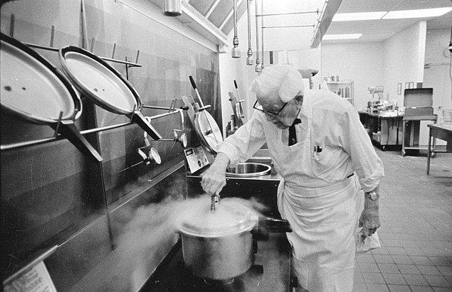 Kızarmış tavuk konusunda uğrak nokta haline gelen Sanders'ın tesisinin bulunduğu yolun yeni otoban yüzünden kullanılamaz hale gelmesiyle müşteri sayısında ciddi bir düşüş yaşanıyor.