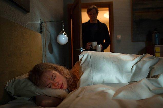 4. Uyumadan hemen önce zihninizde beliren kişi ya sizin mutluluk kaynağınız ya da mutsuzluğunuzun sebebidir.